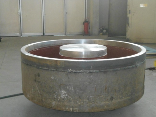 Handling of scrap by means of an oval electromagnet weighting 17.8 tons.